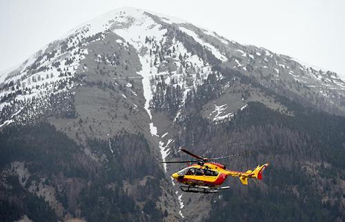 Un hélicoptère de la sécurité civile à Seyne, dans le sud des Alpes françaises, à proximité du lieu du crash d'un Airbus A 320 où 150 personnes ont péri, le 24 mars 2015