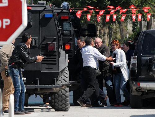 Des touristes évacués du musée du Bardo cible d'une attaque terroriste le 18 mars 2015 à Tunis afp.com - Salah Habibi