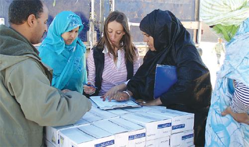 Une réfugiée sahraouie percevant des aides alimentaires.