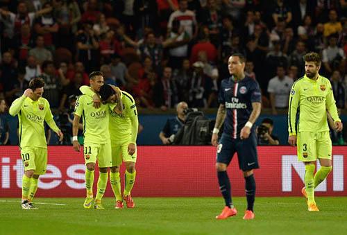 La joie des Barcelonais après le 2e but de Luis Suarez contre le PSG de Van der Wiel en quarts de finale de Ligue des champions au Parc des Princes, le 15 avril 2015 - © AFP