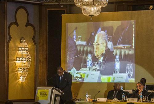 L'image du président de la FIFA Joseph Sepp Blatter sur grand écran lors de l'intervention du président de la CAF Issa Hayatou, au Caire le 7 avril 2015