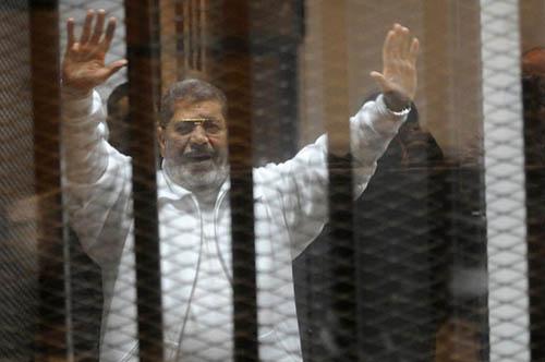 L'ancien président islamiste Mohamed Morsi lors de son procès le 8 janvier 2015 au Caire - Ph : DR