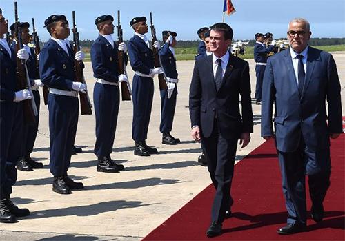 Le Premier ministre français Manuel Valls accueilli par son homologue marocain Abdelilah Benkirane à l'aéroport de Rabat le 9 avril 2015 - AFP