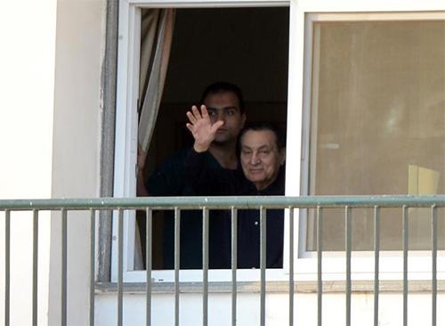 L'ex-président égyptien Hosni Moubarak salue ses soutiens, venus lui souhaiter un bon anniversaire, depuis sa chambre d'hôpital au Caire, le 4 mai 2015 - © AFP