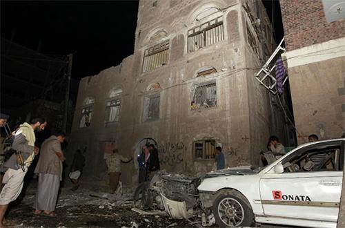 Attentat à la voiture piégée devant une demeure de Sanaa, au Yémen, le 29 juin 2015 - © AFP