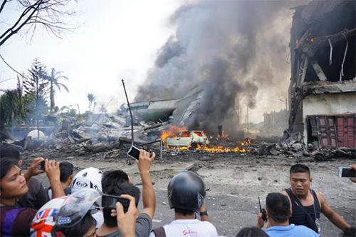 Un avion de transport militaire indonésien qui s'est écrasé peu après son décollage est en feu à Medan, au nord de Sumatra, le 30 juin 2015 - © Ph : AFP