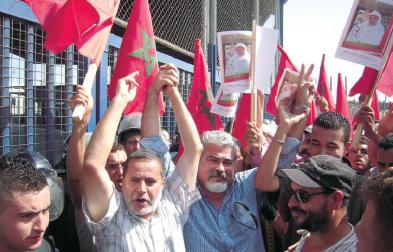 manifestation de Marocains devant le poste frontière de Mélilia réclamant la libération des deux présides occupés.