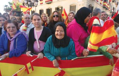 """des Marocains """"loyalistes"""" de Mélilia portant les drapeaux espagnols, le 5 novembre 2007."""