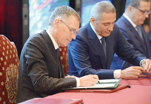 Carlos Tavares, le directeur général de PSA Peugeot Citroën et Moulay Hafid Elalamy. Rabat, le 19 Juin, 2015. © Ph : MAP