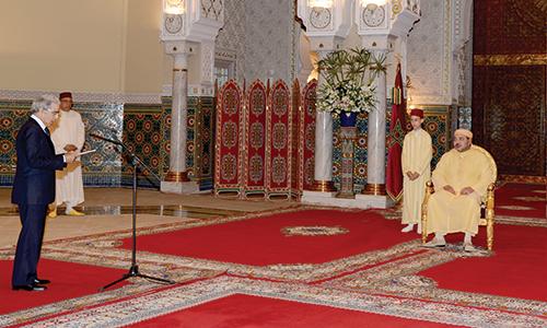 Abdellatif Jouahri présentant le rapport annuel de Bank Al-Maghrib devant S.M. le Roi.