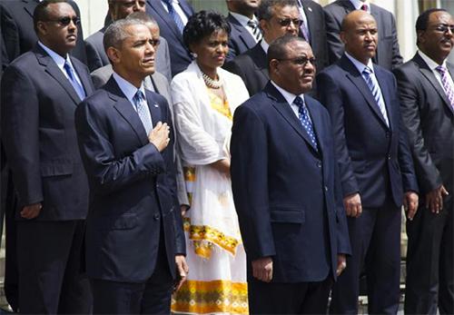 Le président Barack Obama écoute l'hymne national américain, à Addis. © PH : AFP