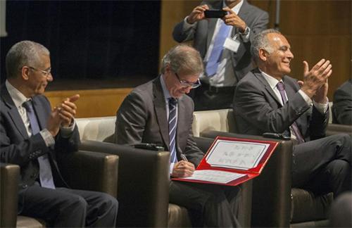 L'émissaire de l'ONU pour la Libye, Bernardino Léon (C), le 11 juillet 2015 à Rabat - © Photo : AFP