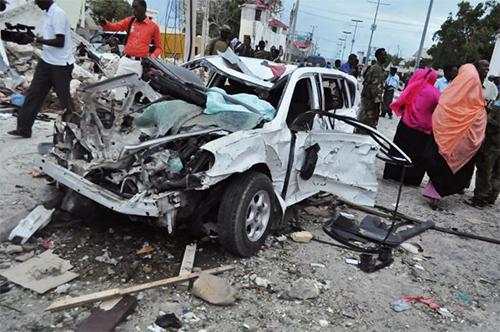 Carcasse d'une voiture après une explosion devant l'hôtel Jazeera à Mogadiscio, le 26 juillet 2015 - © Ph :  AFP