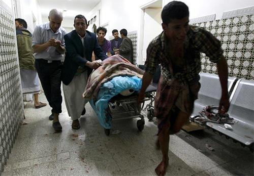 Un blessé transporté à l'hôpital de Sanaa après un double attentat contre une mosquée chiite à Sanaa - © AFP