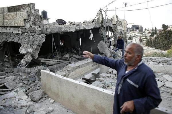 Un Palestinien montre les décombres de sa maison détruite par les forces de sécurité israélienne, le 6 octobre 2015 à Jérusalem-Est - © Ph : AFP