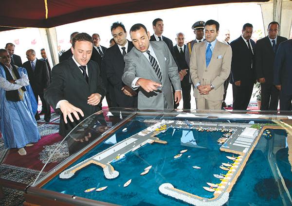 S.M. Mohammed VI donne le coup d'envoi des travaux de construction du port de la ville de Boujdour. Mars 2006.