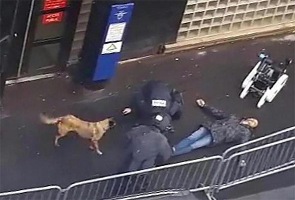 Cadavre de l'homme abattu par la police devant le commissariat à Paris