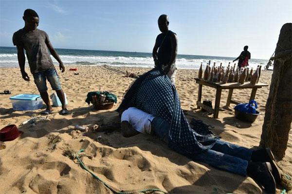 Le corps d'une victime de l'attaque de Grand-Bassam, en Côte d'Ivoire © ph : AFP