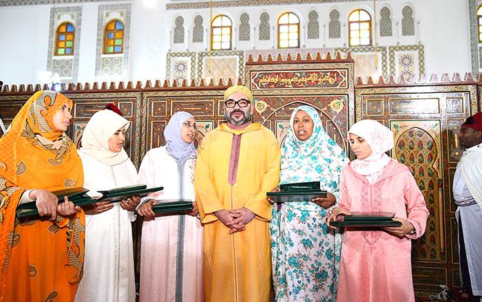 SM le Roi remet le Prix Mohammed VI aux majors du programme national de lutte contre l analphab  tisme