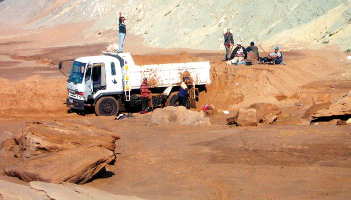 Les mafias de sable d  truisent l environnement marocain